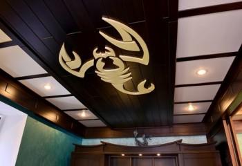 Комбинированный дизайн потолка из дерева и гипсокартона