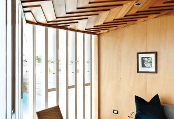Дизайн потолка с вагонкой «американка», которую обычно используют для облицовки фасадов