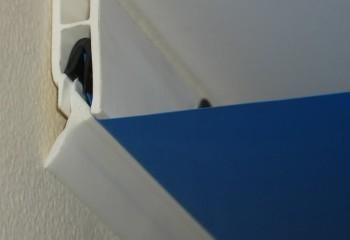 Специальный профильный пластиковый карниз для натяжных потолков фиксируется в багете