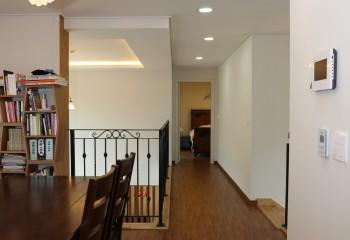 Вариант оформления потолка коридора, объединённого с кабинетом