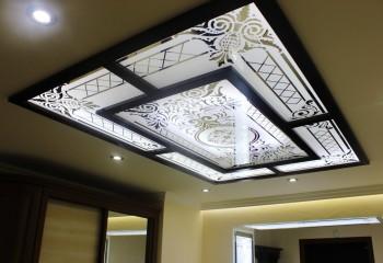 Объемная витражная конструкция на ровной поверхности подвесного потолка