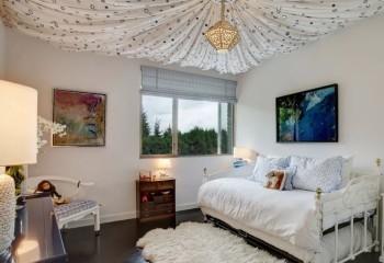 Натяжные потолки ситцевые – натуральный ситец в виде драпировки в спальне