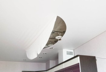 Ещё один гарантийный случай – разрыв полотна по месту установки светильников