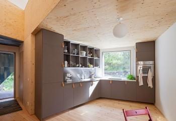 Оттенок напольного покрытия подобран в тон фанерного потолка