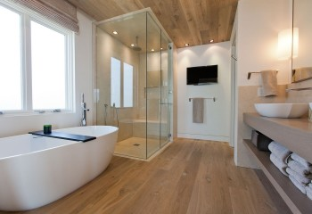 Готовый реечный потолок в ванную, из панелей с имитацией дерева