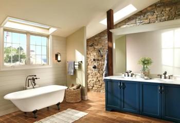 Ванная в мансарде, с подшитым гипсокартоном потолком