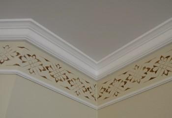 Плинтус в комбинации с фризом, смонтированным по стене