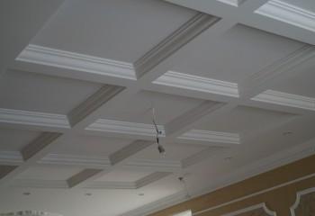 Или имитировать кессонный потолок, как на этом фото