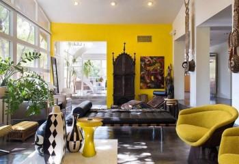 Бежевая потолочная плёнка только подчёркивает сочность отделки акцентной стены: стиль африканский