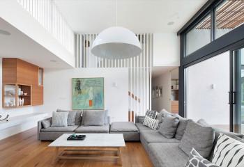 Горизонтальное ограждение лестницы и балюстрады еще больше вытягивают пространство в высоту