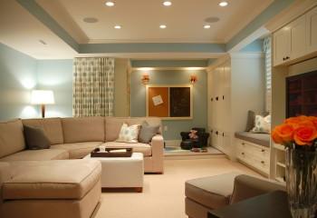 Одинаковые карнизы обрамляют и потолочную нишу, и фасады корпусной мебели