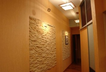 Подвесная квадратная люстра в коридоре