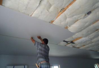 Подшивной потолок из гипсокартона, выполняемый по утеплённому деревянному каркасу