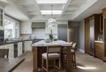 Кесонный потолок может быть и подвесным