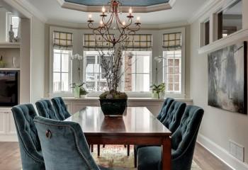 Холодные оттенки потолка в сочетании с мебелью