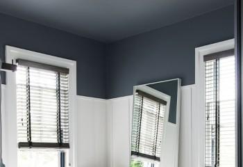 Слишком высокий потолок может быть более тёмным чем стены