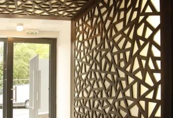 Фрезерованные листы МДФ, так же, как и гипсокартон, больше используются для декора