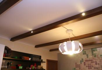 Гипсокартонный потолок с фальшь балками