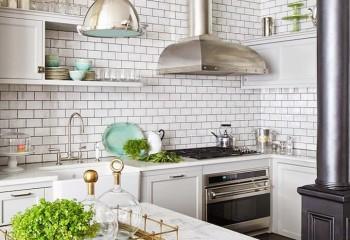 Кухня в скандинавском стиле: на потолке плитка ПВХ, на стенах – керамика под кирпич