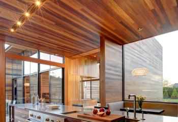 Потолок кухни из натуральной древесины