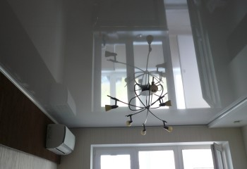 Светлый серый потолок