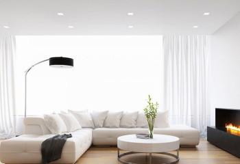 Одноуровневый потолок в гостиной