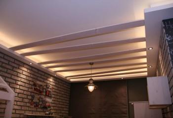 Имитация стиля лофт с помощью подвесной гипсокартонной конструкции и досок