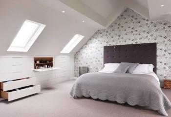 С помощью гипсокартона обычный скошенный потолок превратили в подобие царского шатра