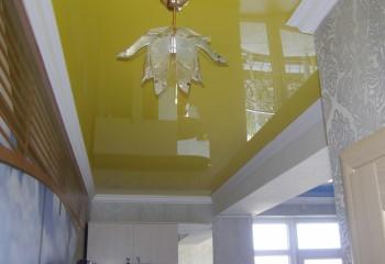 Глянцевые натяжные потолки цвета горчицы на кухне
