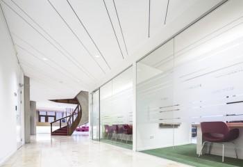 Потолок из стеклоплит в общественном учреждении