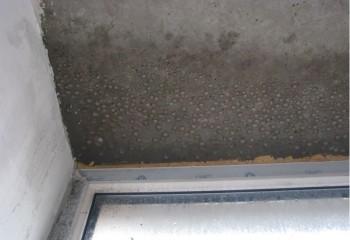 С потолка может капать и на застеклённом балконе