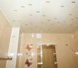 Потолок в ванной из пластиковых панелей: как получить долговечное покрытие при минимуме затрат