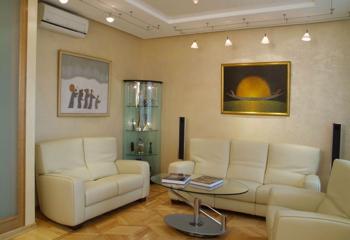 Периметральное освещение гостиной софитами