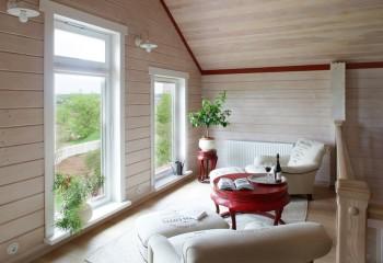 Контрастный вариантв гостиной деревянного дома