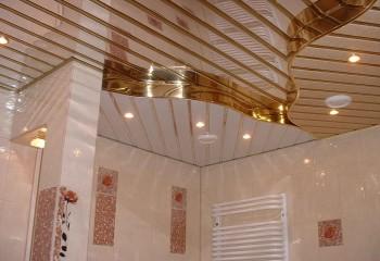 Реечные потолки очень похожи на пластиковые, но имею характерный блеск