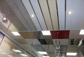 Комбинация панелей с разной формой и фактурой украшает потолок общественного здания