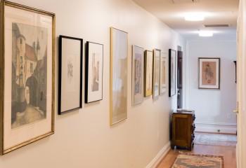Картинная галерея в коридоре и прихожей прекрасно освещена накладными светильниками
