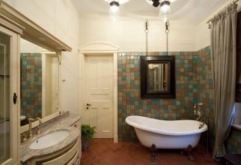Даже в ванной одного светильника будет мало