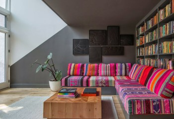 Два оттенка серого являются отличным фоном для мебели с яркой расцветкой