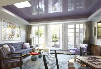 Приятный оттенок фиолетовой гаммы повторяется и в цвете потолка, и в обивке мебели
