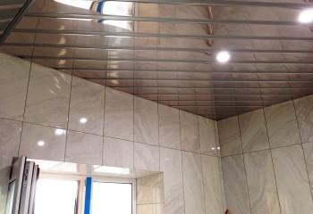 Потолок с зеркальными рейками и матовыми вставками между ними – тип конструкции открытый