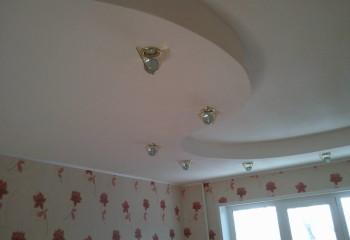 Декорирование потолка оригинальными светильниками