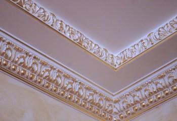 Как монтировать и как шпаклевать потолочный плинтус: азы домашнего ремонта