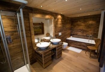Если стены из дерева, то почему деревянным не может быть и потолок