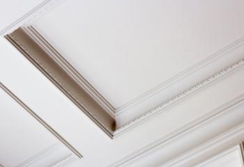 Экструдированные багеты в отделке кессонного потолка