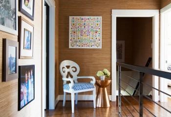 Яркое оформление потолка перекликается с декоративными деталями на фоне природных оттенков натуральной древесины