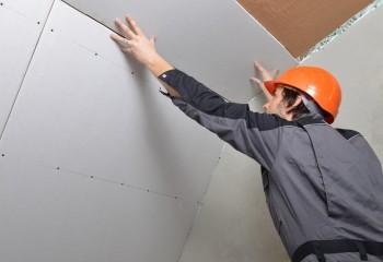 Если базовое основание в частном доме деревянное и ровное, а делать утепление и точечную подсветку потолка вы не планируете, устанавливать каркас под листы не обязательно