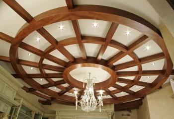 Оригинальное оформление потолка в классическом интерьере