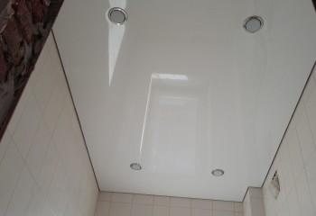 Простейший натяжной потолок и четыре точечных светильника для равномерности освещения
