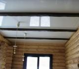 Натяжные потолки в деревянном доме: требования к их устройству и варианты исполнения